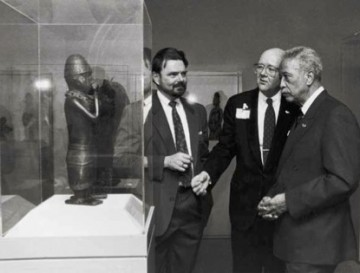 Siegmann with New York City Mayor David Dinkins (right) and Brooklyn Museum Director Robert Buck in the museum's African art galleries, 1992. Photograph by Joan Vitale Strong, photographer to the Mayor.